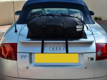 silberner mk1 audi tt roadster mit einem am kofferraum angebrachten bootbag gepäckträger